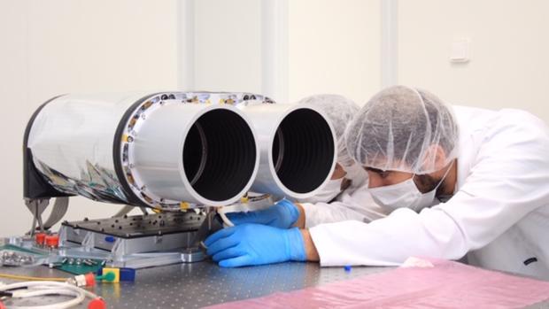 Técnicos de Satlantis ponen a punto la cámara espacial ultraligera desarrollada en España - Satlantis